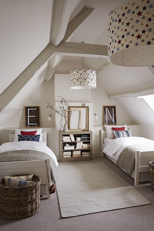 Si le toit est assez haut, vous pouvez aménager une petite chambre pour vos enfants dans le grenier.