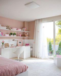 Une chambre rose pour une fille.
