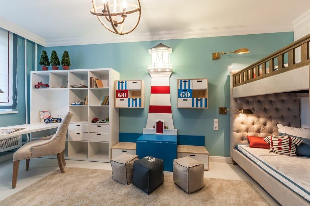 Une combinaison de teintes rouges et bleues convient parfaitement à la décoration d'un intérieur pour des enfants de sexe différent.