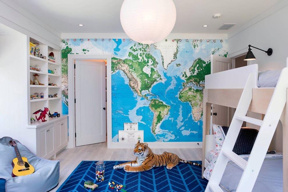 Pour un meilleur développement de votre bébé, le papier peint ordinaire peut être remplacé par une belle applique en forme de mappemonde.