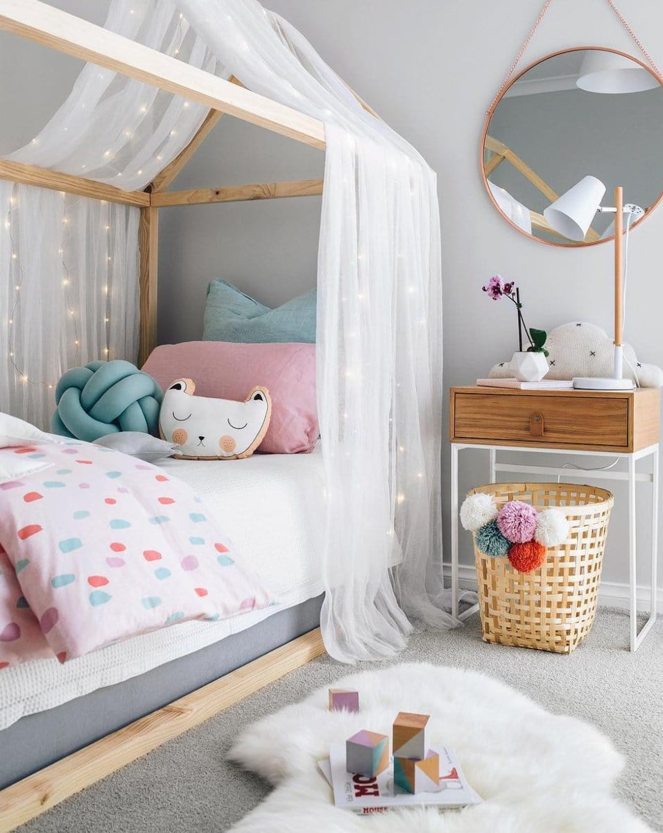 L'intérieur de style scandinave se distingue par sa simplicité et son élégance discrète.