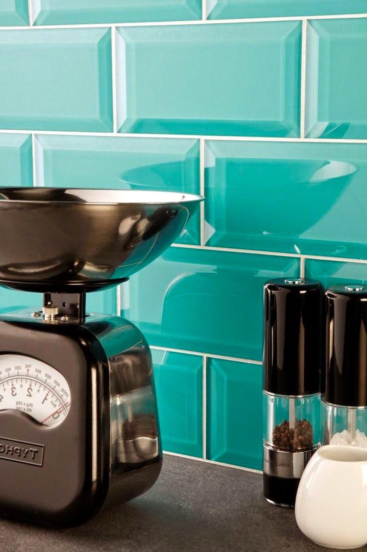 Un tablier de couleur turquoise vif peut égayer et transformer même l'intérieur le plus ennuyeux.