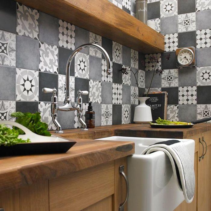 La combinaison parfaite de nuances de gris avec la texture naturelle du bois dans la cuisine