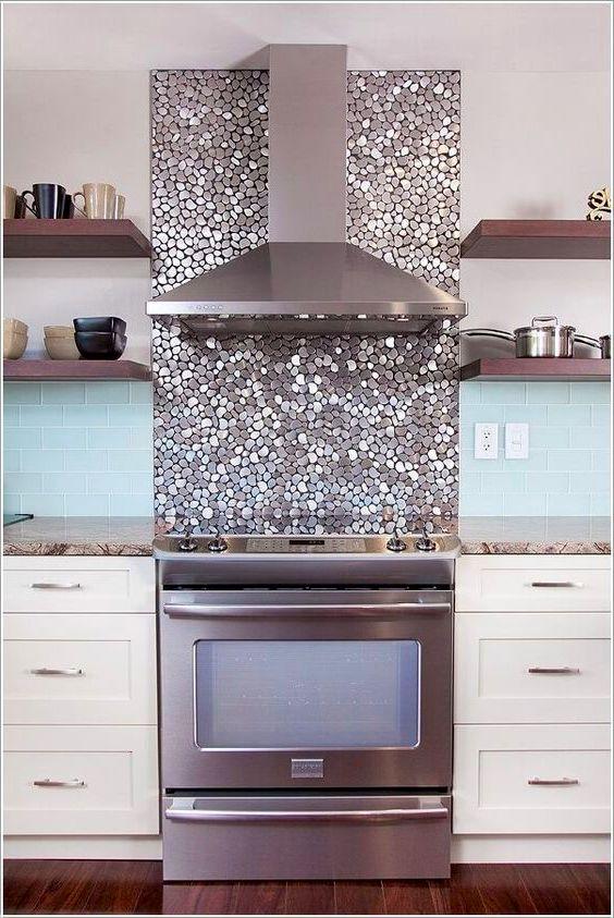 Un beau panneau de mosaïque décoratif divisant le tablier de cuisine exactement au milieu rendra l'intérieur de la cuisine encore plus attrayant