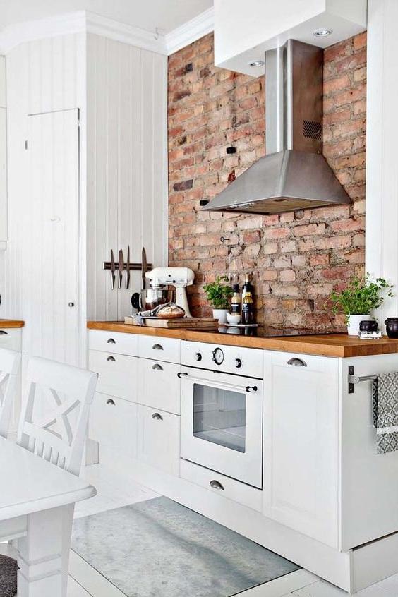 Si votre maison est bordée de briques, il suffit de laisser un de ses murs dans la cuisine non câblé de l'intérieur et d'aménager un espace de travail à cet endroit.
