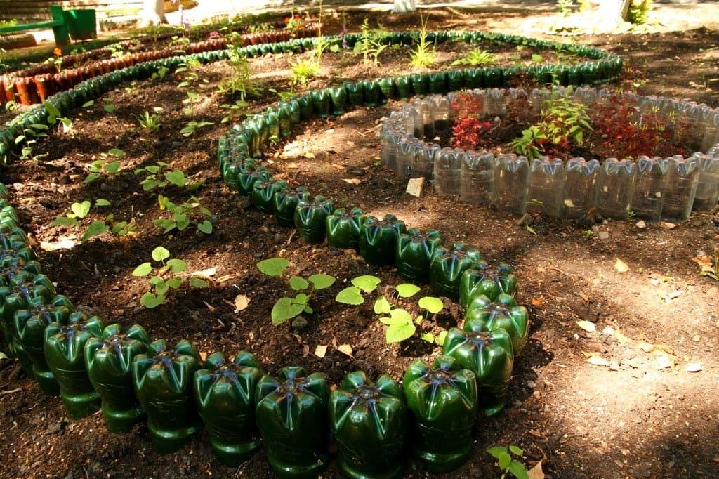 Садовый участок на котором располагаются цветники, всегда привлекает внимание своей красотой и неповторимым ароматом