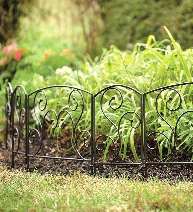 Через облегченную конструкцию металлического ограждения ваши цветы будут хорошо просматриваться