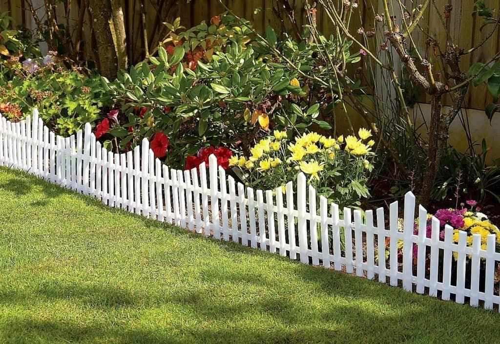 Чтобы ваши цветы лучше контрастировали с ограждением, используйте белую краску