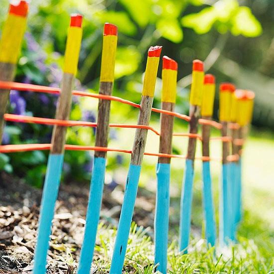 Чтобы ваше ограждение для клумбы не выглядело слишком скучно, разукрасьте палочки яркими цветами