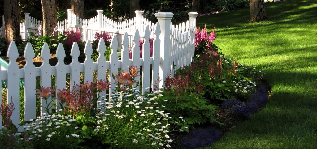 Для ограждения палисадника с внешней стороны дома, потребуется более высокое ограждение
