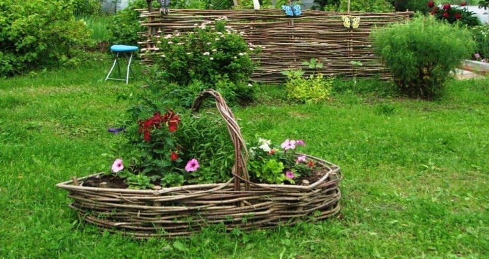 Чтобы украсить приусадебный участок, совсем не обязательно тратить много денег, можно обустроить на нем плетеную клумбу для цветов