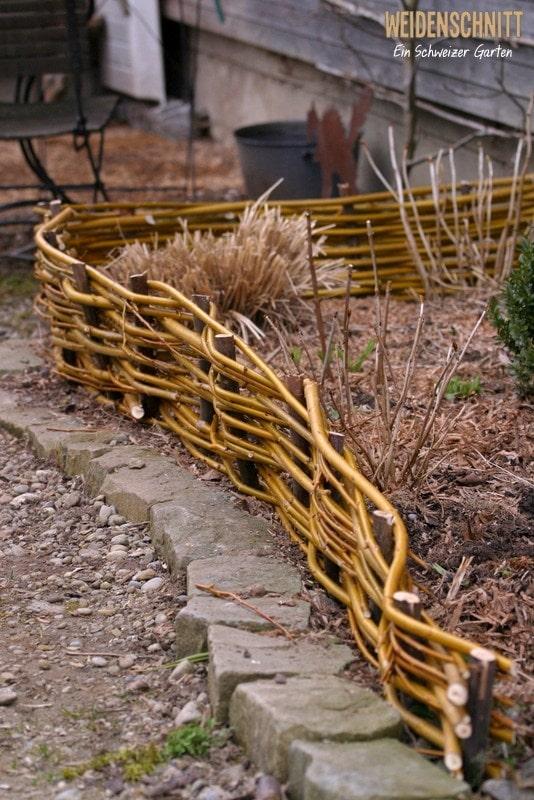 Плетеный забор для цветника не будет таким основательным и громоздким, как например конструкции из металла или камня. Его внешний вид отличается воздушностью, деревенским очарованием и оригинальным стилем