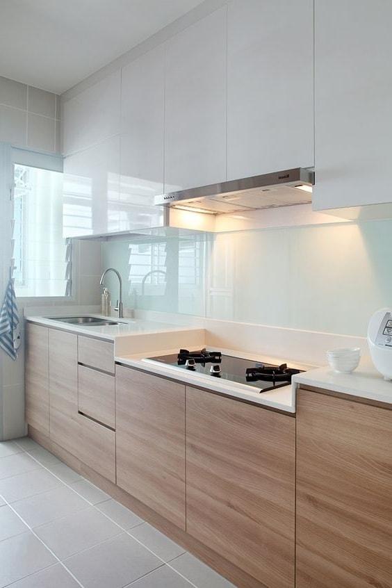 Pour ceux qui ne veulent pas voir une débauche de couleurs dans leur cuisine, le verre peint (lacobel) est bien adapté, qui peut être réalisé en différentes nuances.