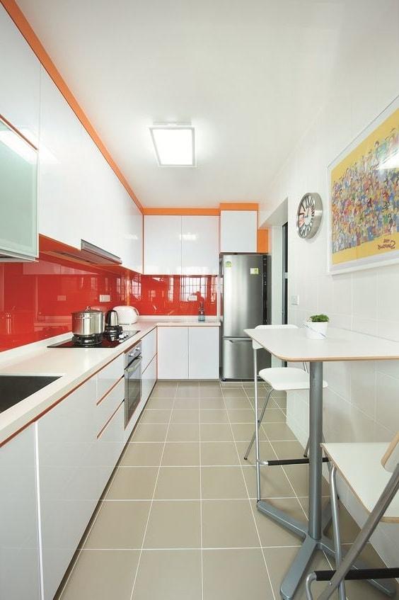 La couleur rouge vivifiante du tablier apportera une atmosphère de forte énergie et de passion à votre intérieur.