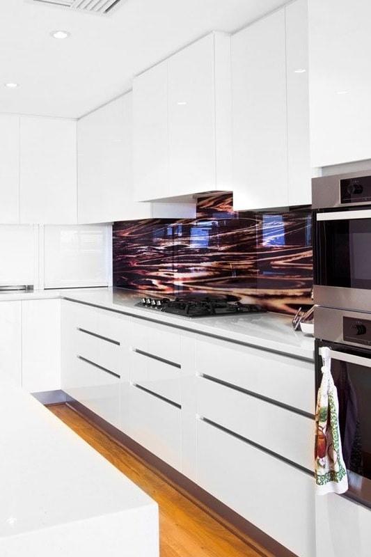 Malgré le fait que peu de gens décident de créer un intérieur en noir et blanc, cette combinaison est très impressionnante et élégante.