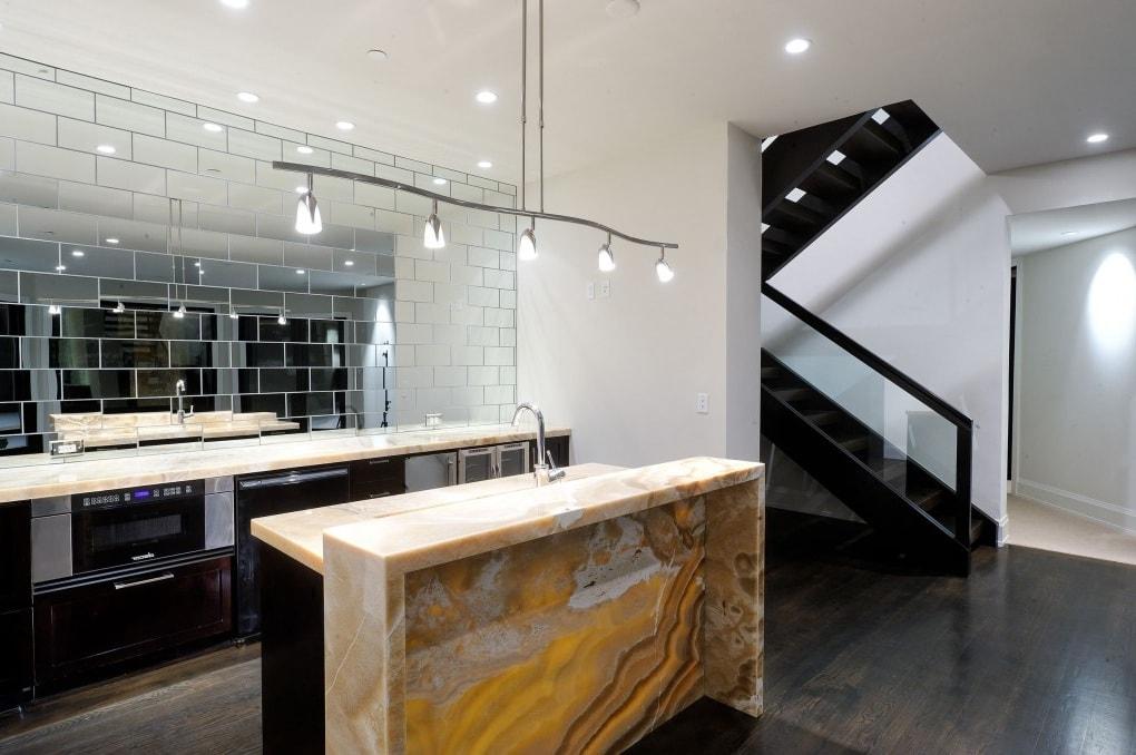 Un tablier en miroir est capable de transformer l'espace de la cuisine au-delà de la reconnaissance, donnant à la pièce un aspect solennel et luxueux