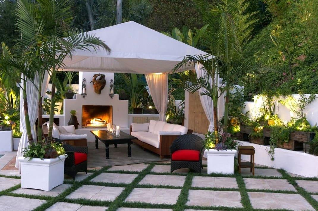 Белоснежная беседка в форме шатра станет настоящим украшением для вашего сада