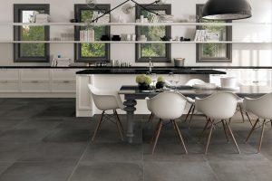 Grands carreaux sur le sol de la cuisine
