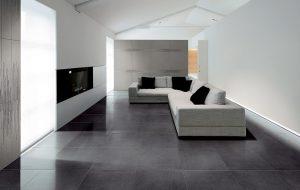 Grandes dalles sur le sol du salon