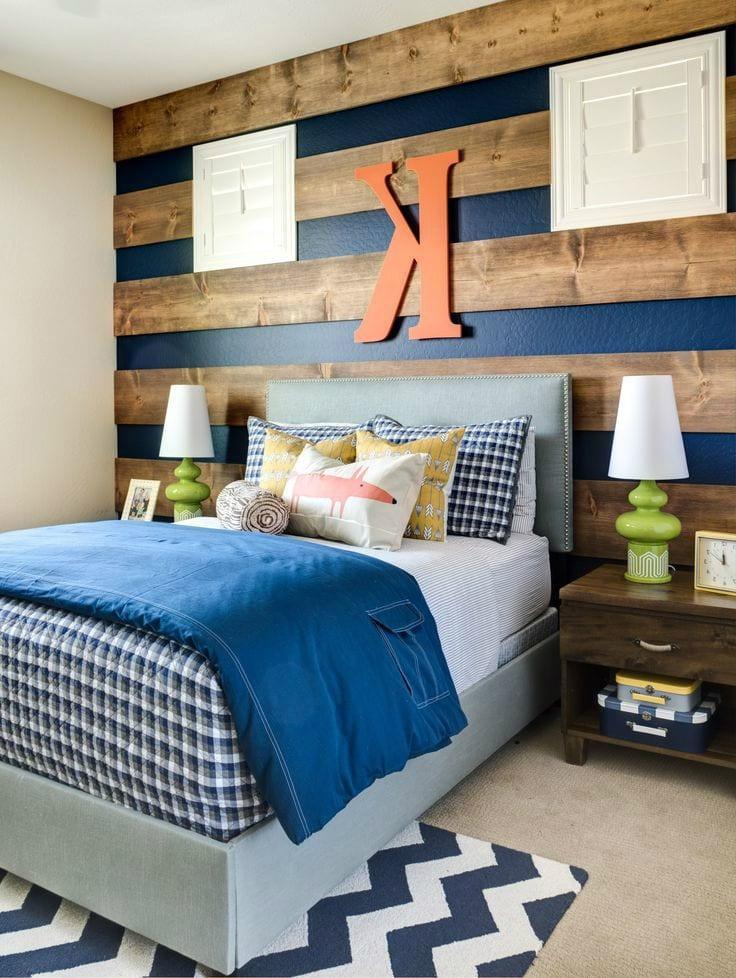 Chambre à coucher moderne pour un adolescent avec un beau lit confortable