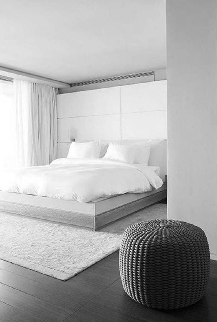 Les murs blancs comme neige soulignent l'élégance du style minimaliste, tout en créant une atmosphère légère et détendue.