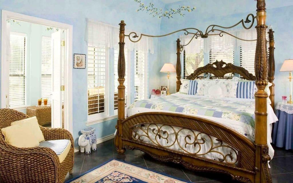 Un immense lit de style rétro en bois massif, comme rien ne convient mieux à ce style d'intérieur