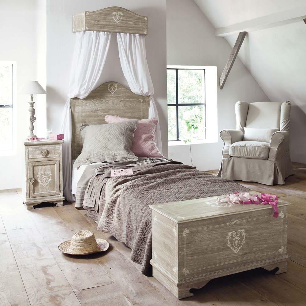 L'intérieur d'une chambre avec un lit à baldaquin a toujours l'air confortable et romantique