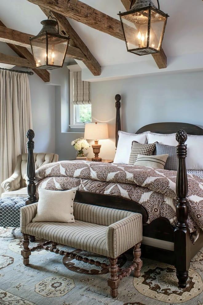 Les poutres en bois décoratives au plafond sont l'option la plus acceptable pour décorer une chambre de style champêtre