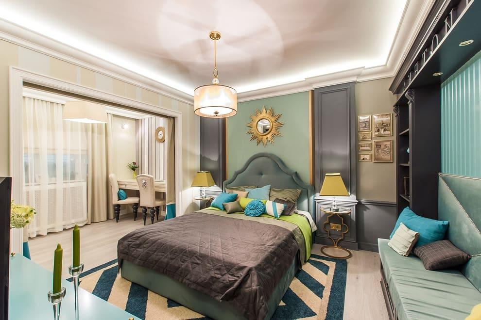 Les éléments de décoration plaqués or ajoutent la sophistication nécessaire à l'intérieur de la chambre