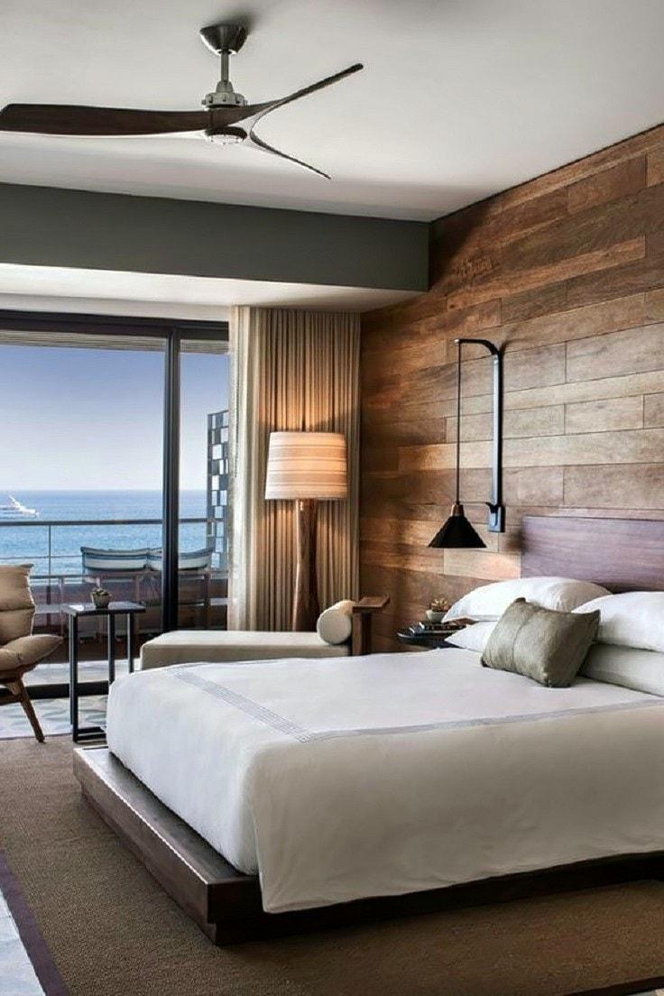 Les fenêtres panoramiques au sol offrent non seulement une belle vue depuis la fenêtre, mais aussi la pièce est toujours remplie de soleil éclatant