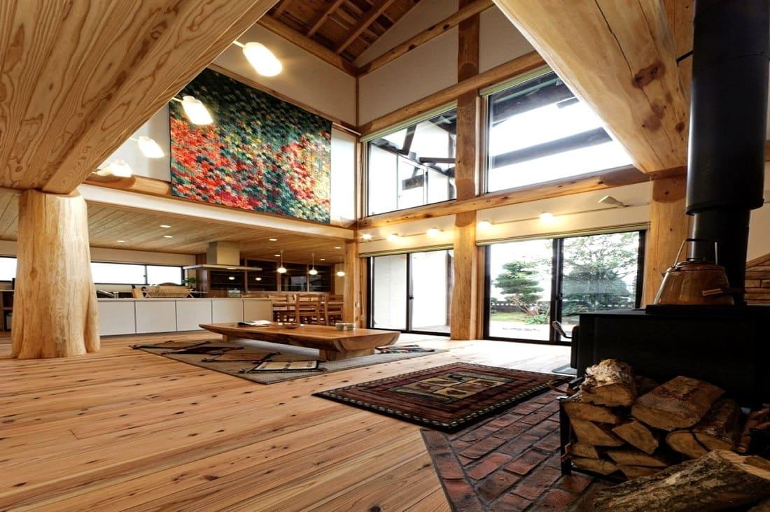 De puissantes colonnes en bois épais donneront à l'intérieur une ressemblance avec les structures résidentielles des bâtiments anciens.