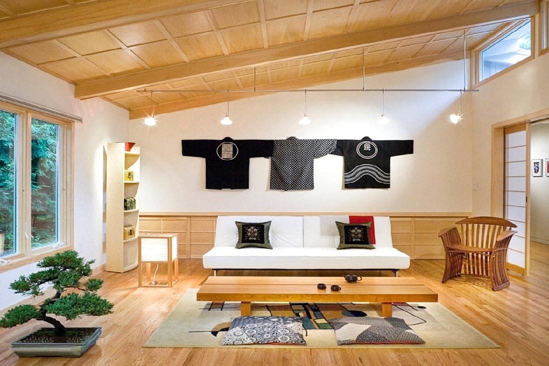 La pièce spacieuse et lumineuse semble confortable et accueillante.