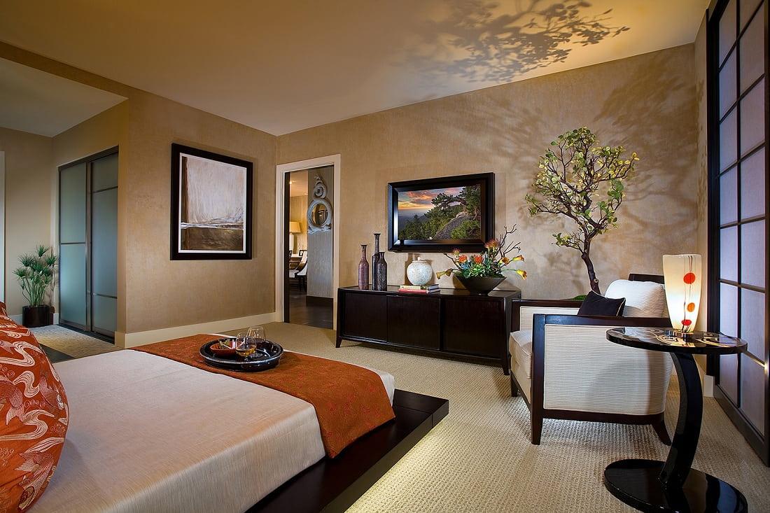 Un bel éclairage provenant de lampadaires, associé à une couleur beige chaude, est confortable et favorise la relaxation.