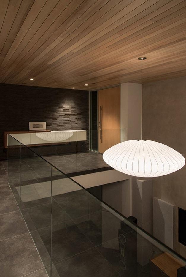 Un lustre blanc renforcera l'élégance de l'intérieur.