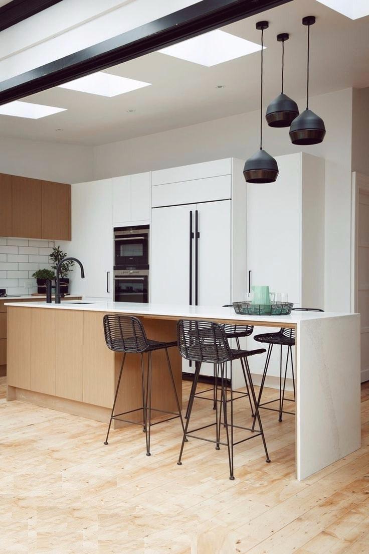 La combinaison équilibrée du noir et du blanc donne à l'intérieur de cette cuisine un aspect léger et élégant.