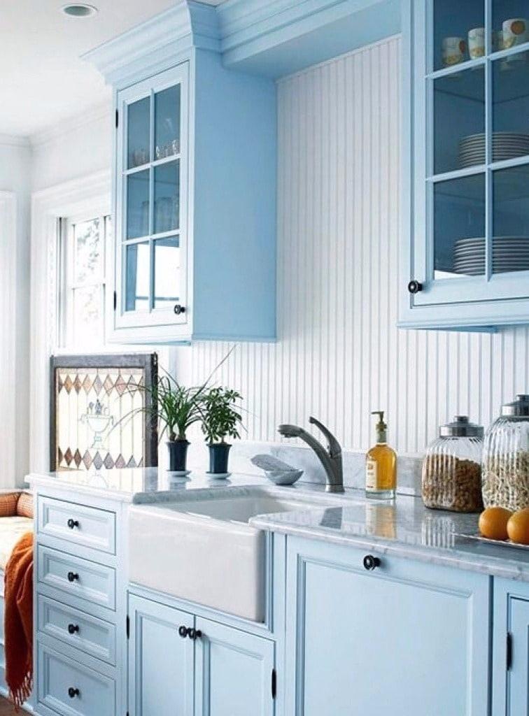 Une combinaison réussie de bleu délicat avec des comptoirs en marbre clair