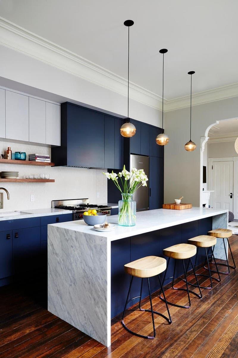 Le bleu profond est souvent utilisé dans les intérieurs de cuisine en combinaison avec du marbre blanc. Ce tandem s'est avéré être le meilleur depuis longtemps.