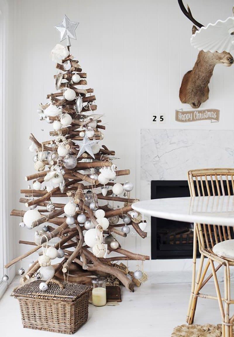 Елка из деревянных палок более сложное изделие в плане создания. Однако при должном умении и старании можно сделать себе отличный подарок к Новому Году.