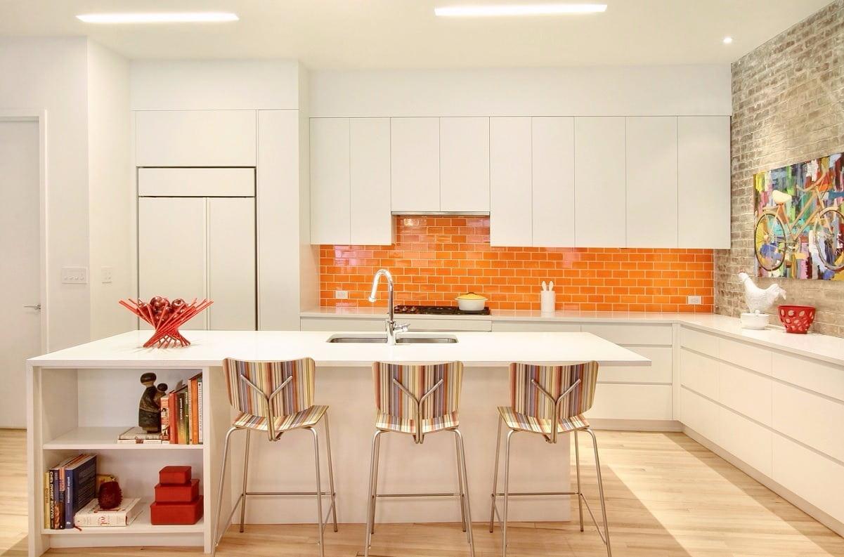 Jeu de nuances de blanc et d'orange, pour créer un effet d'espace supplémentaire.