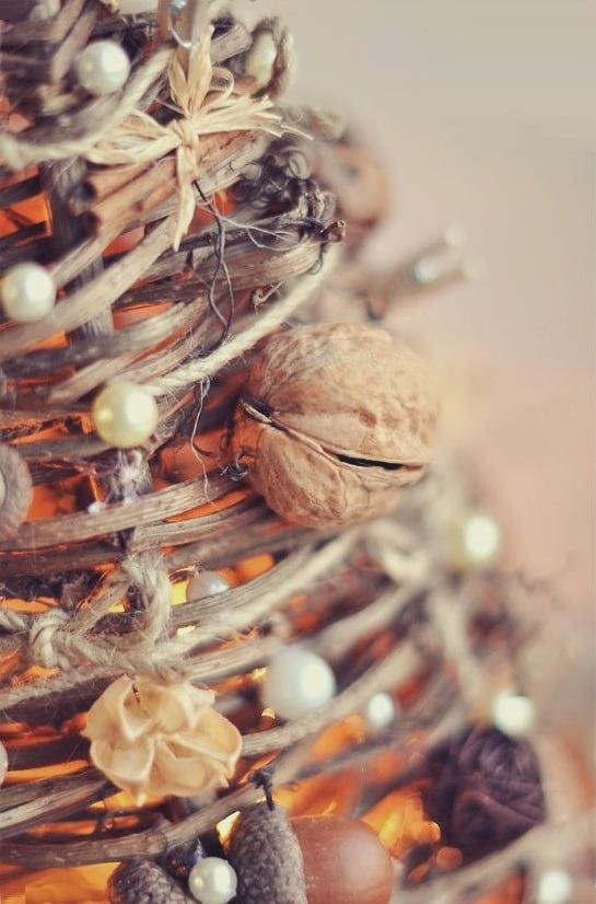 Красивая композиция из веток, шишек и орехов на тему осень