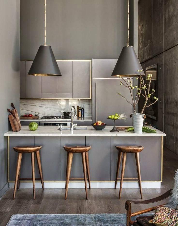 La cuisine grise contre des murs en béton a l'air naturelle et naturelle