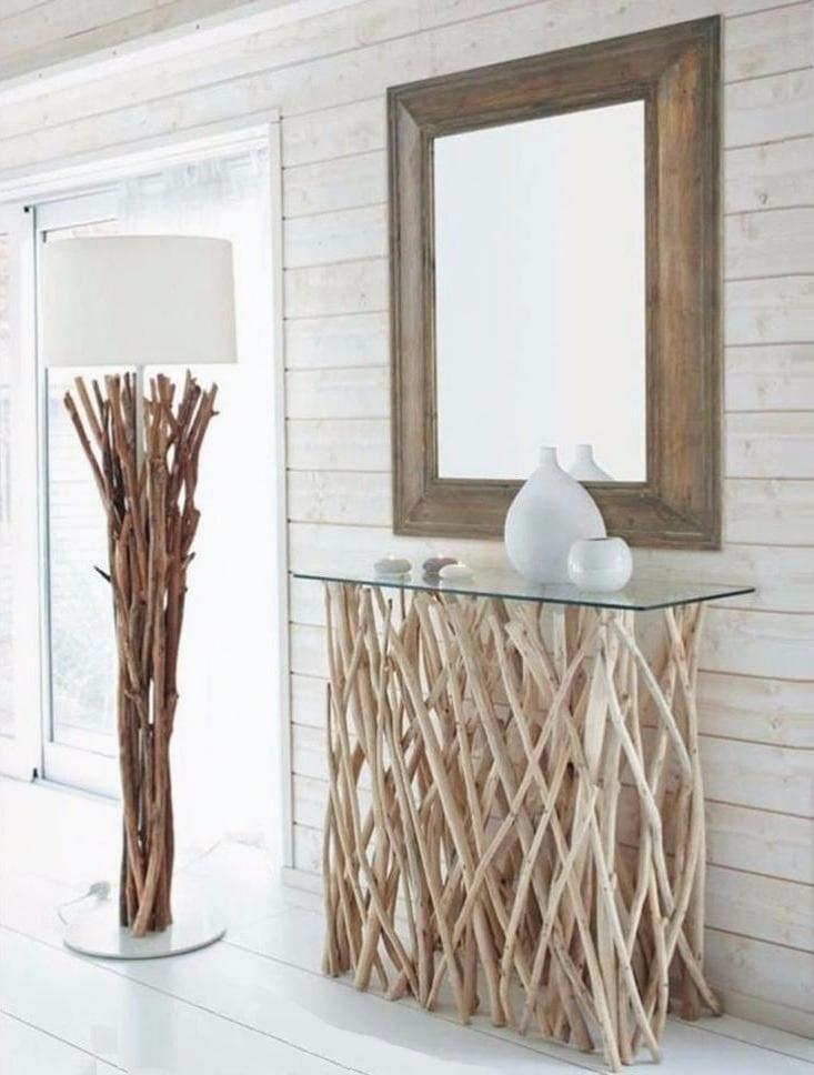Напольный торшер искусно украшенный деревянными прутьями прекрасно дополняет интерьер