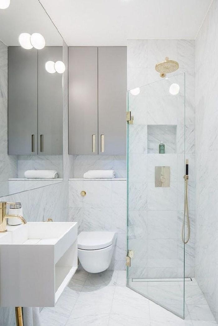 Белоснежная плитка под мрамор - стильное решение для оформления стен в ванной