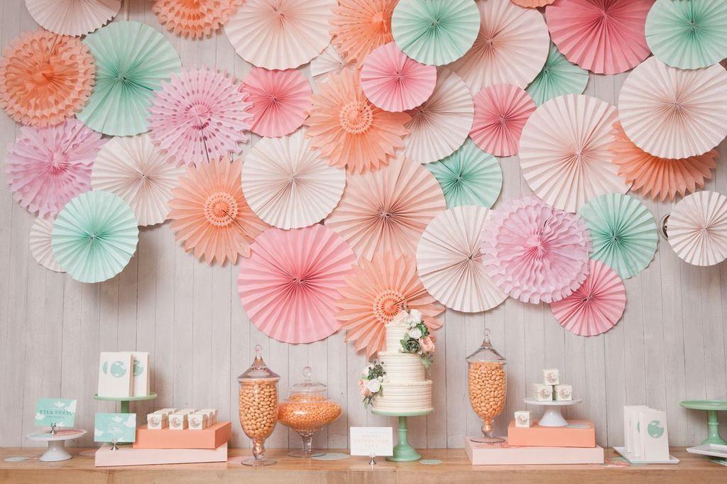 Оформление стен декором из салфеток пользуется огромной популярностью среди мастеров декупажа