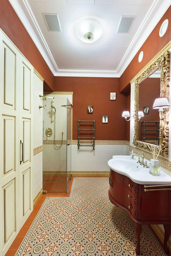 Красивая ванна в классическом стиле в яркой цветовой гамме