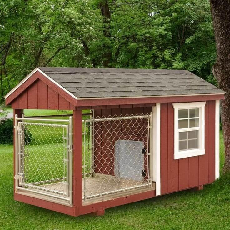 Une petite volière isolée qui conviendrait parfaitement à un chien de taille moyenne.