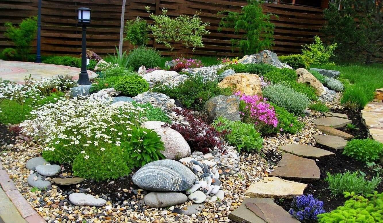 Красивый альпинарий из обычных камней и растений