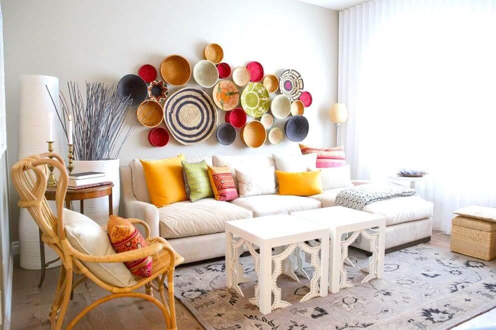 Intérieur confortable d'appartement dans des couleurs claires