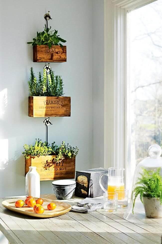 Pots de fleurs en bois élégants dans la cuisine