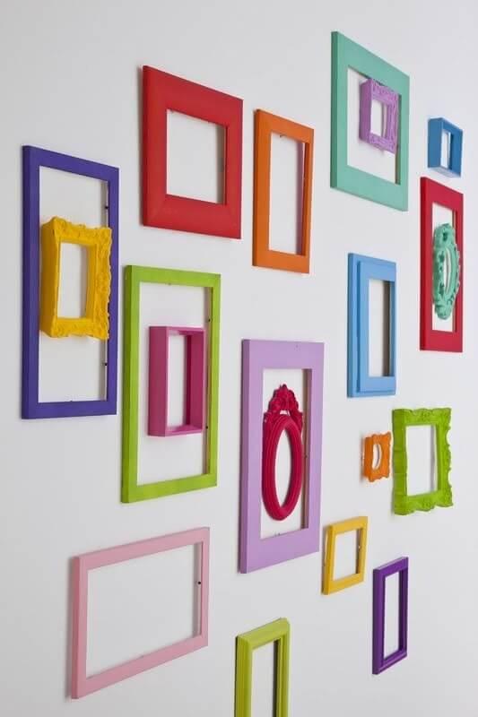 Cadres colorés sur mur blanc